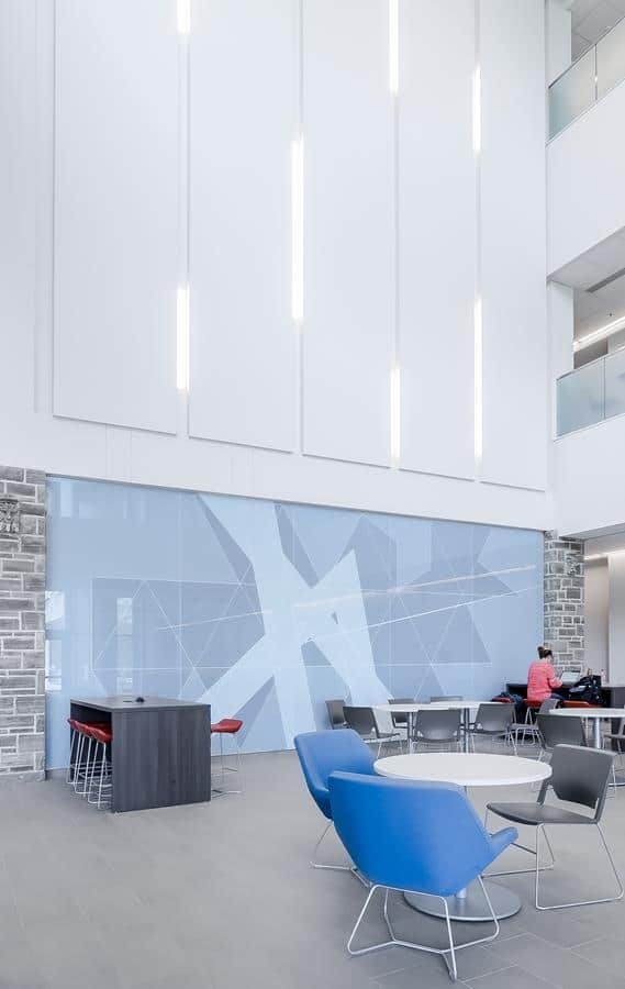 O azul é uma cor muito usada em escritórios por transmitir confiança e serenidade.