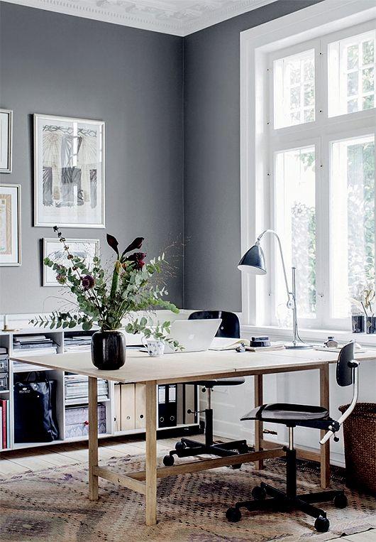 O cinza é um meio termo entre o branco e o preto e é uma cor muito usada para compor ambientes contemporâneos e sofisticados.