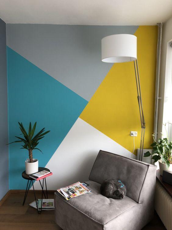 Uma parede geométrica com mistura de cores vai ser um diferencial na decoração do ambiente de trabalho. Mas, é essencial que as cores combinem entre si.