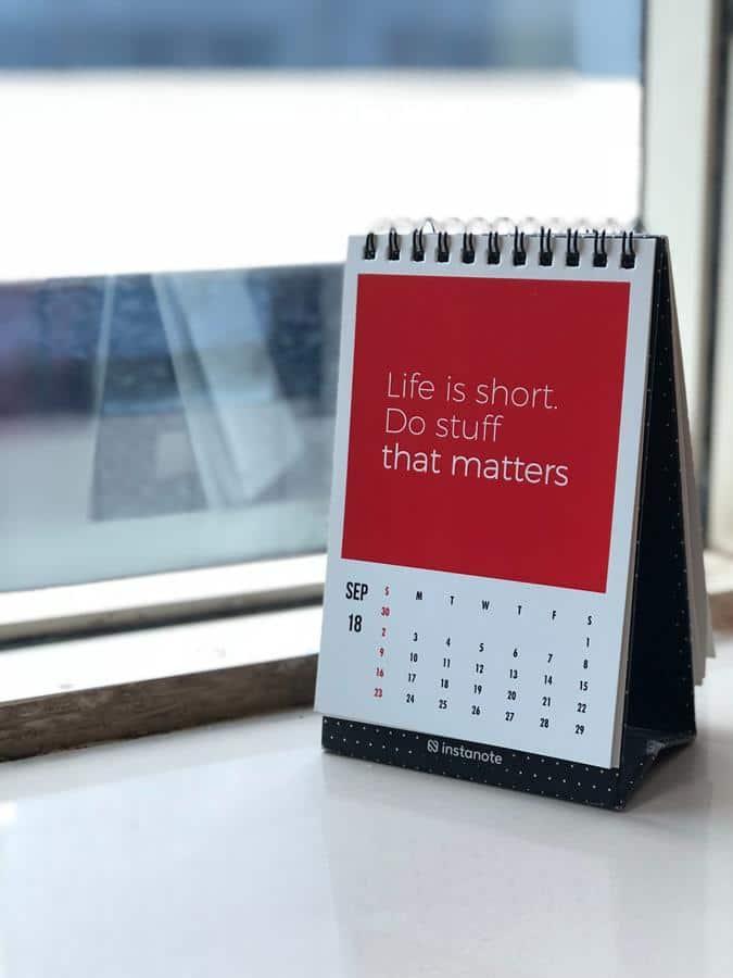 O calendário é um item presente em todas as mesas de trabalho. Ele pode ser de diversos tipos e modelos.