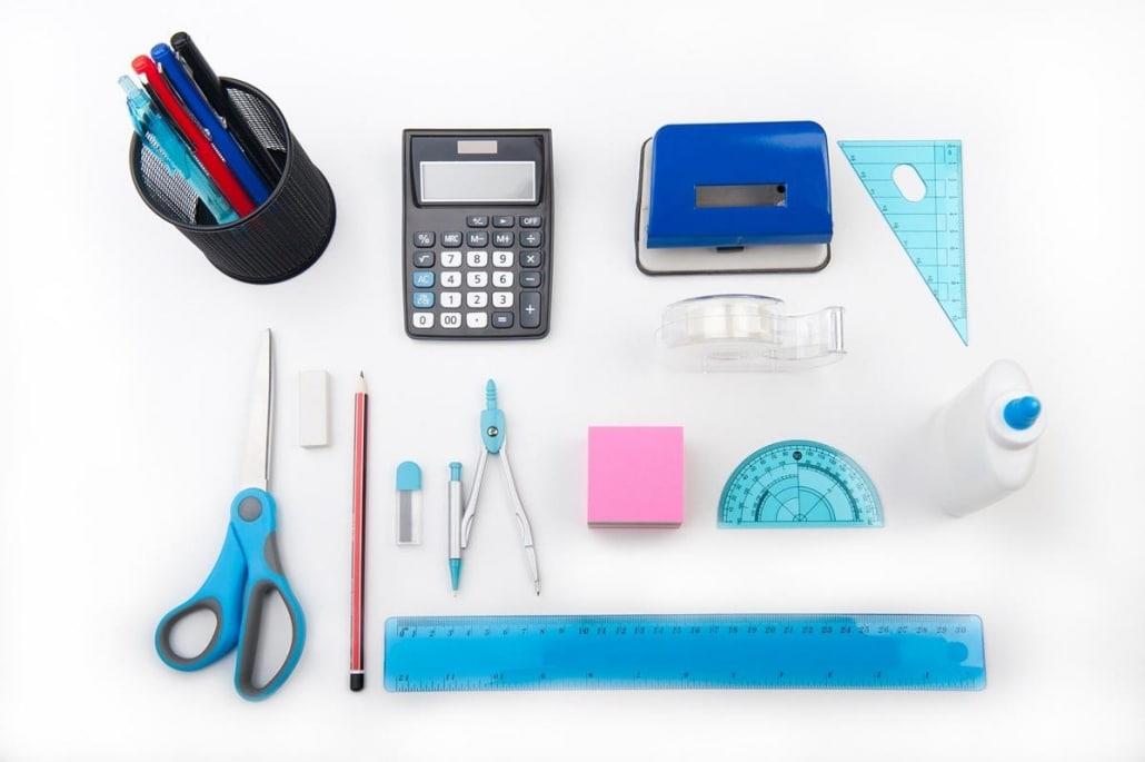Na compra online, é possível seguir as categorias definidas de materiais no próprio site para fazer o estoque de materiais de escritório.