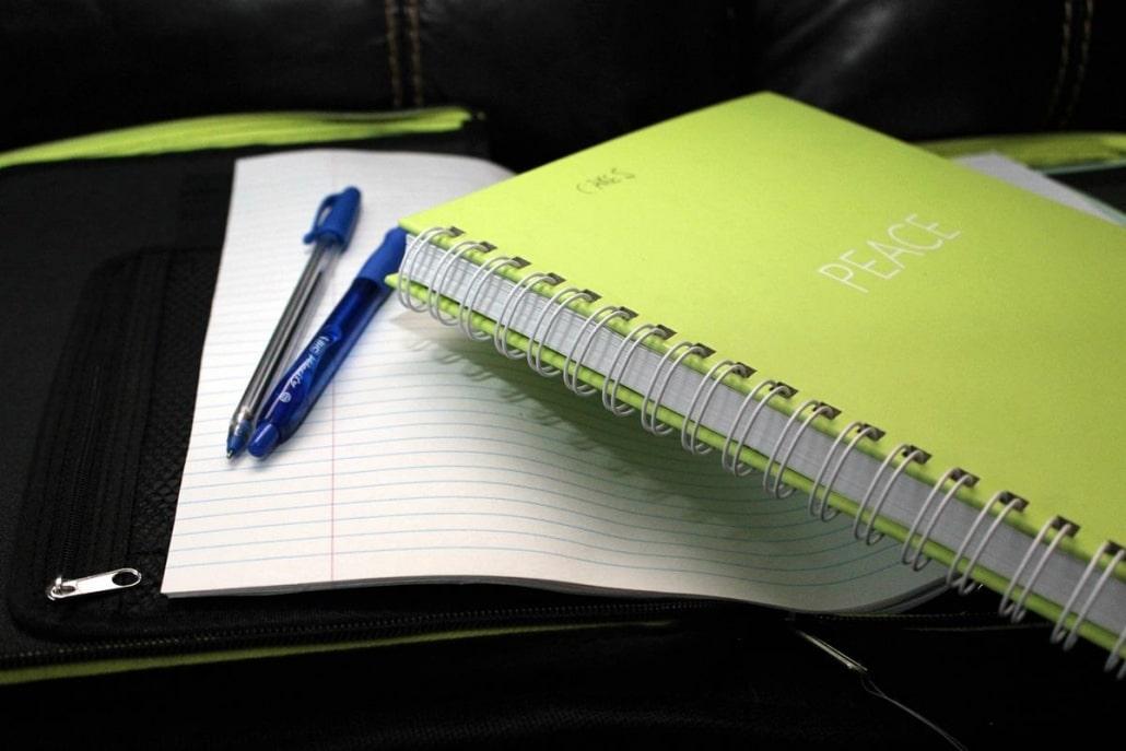 Ter uma agenda para anotar seus compromissos e demais assuntos referentes ao trabalho é um ponto importante para a organização das tarefas.