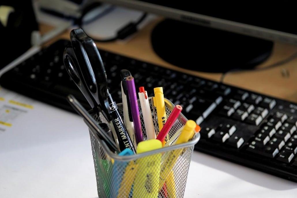 As canetas, lápis e demais materiais usados para a escritas devem ser colocados em um organizador próprio em cima da mesa.