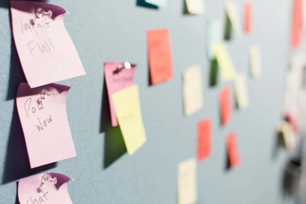 Os post it possuem diversas utilidades, como ser usado para avisos ou para destacar trechos importantes em documentos.