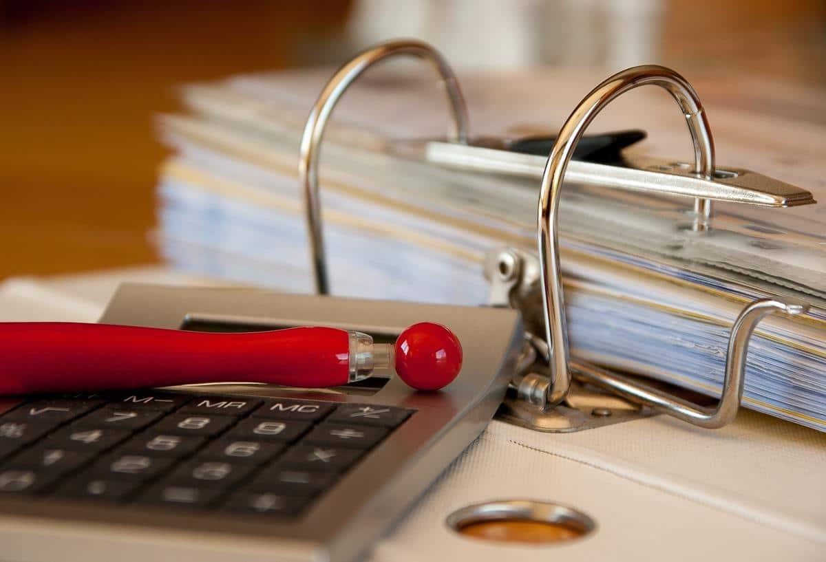 Pastas, arquivos e fichários também são acessórios bastante usados para a organização de documentos.