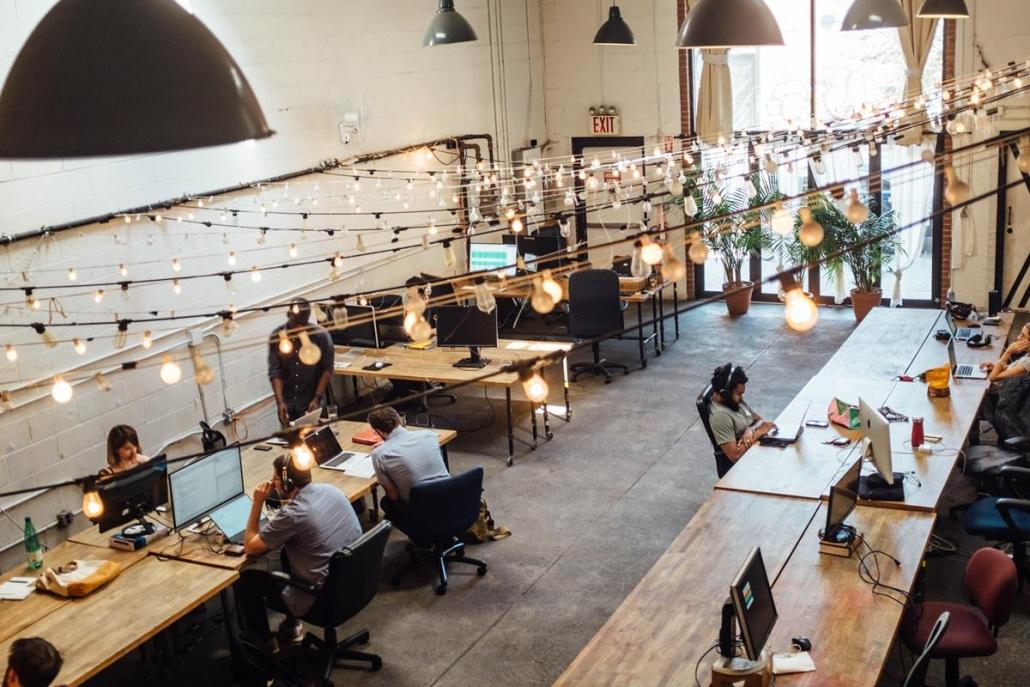 Ambientes corporativos além de confortáveis devem ser pensados para a integração das equipes de trabalho.