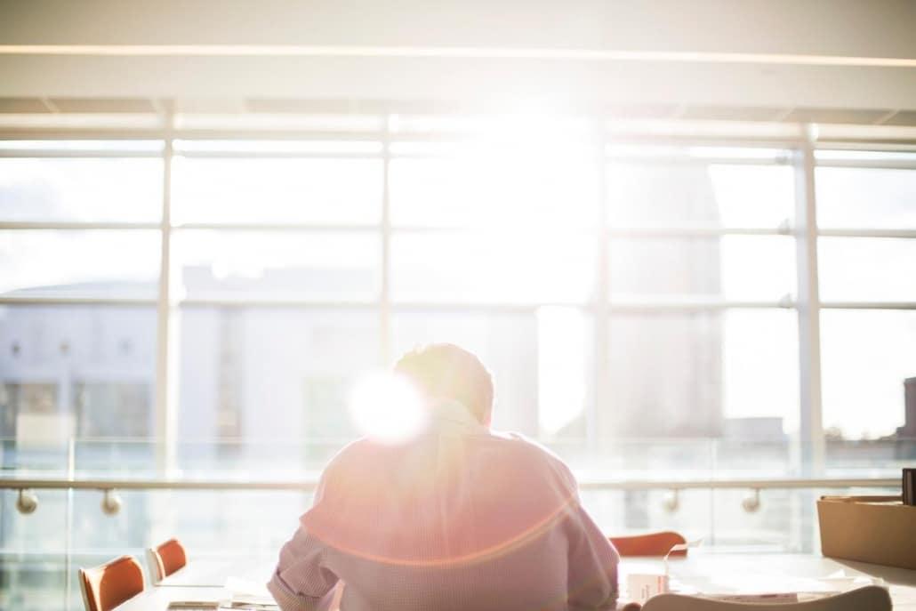 A iluminação natural complementada com a artificial ajudam a compor ambientes de trabalho estimulantes e adequados.