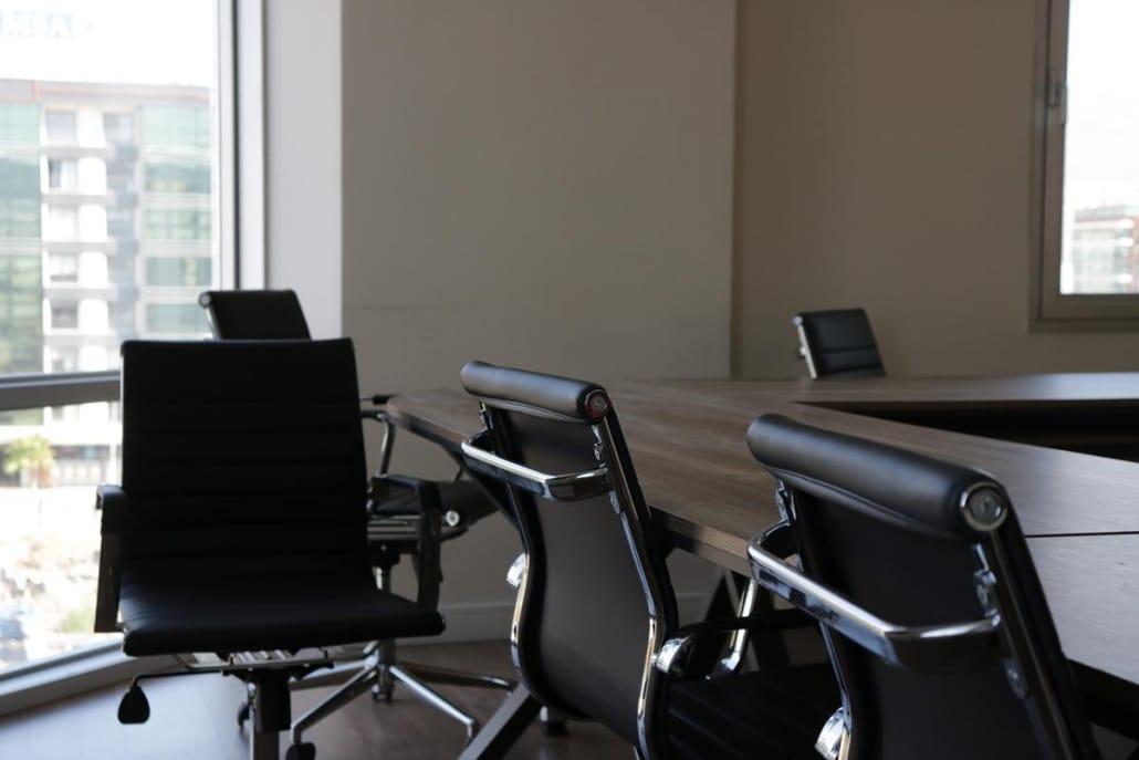 O mobiliário corporativo precisa estar de acordo com os normas de ergonomia.