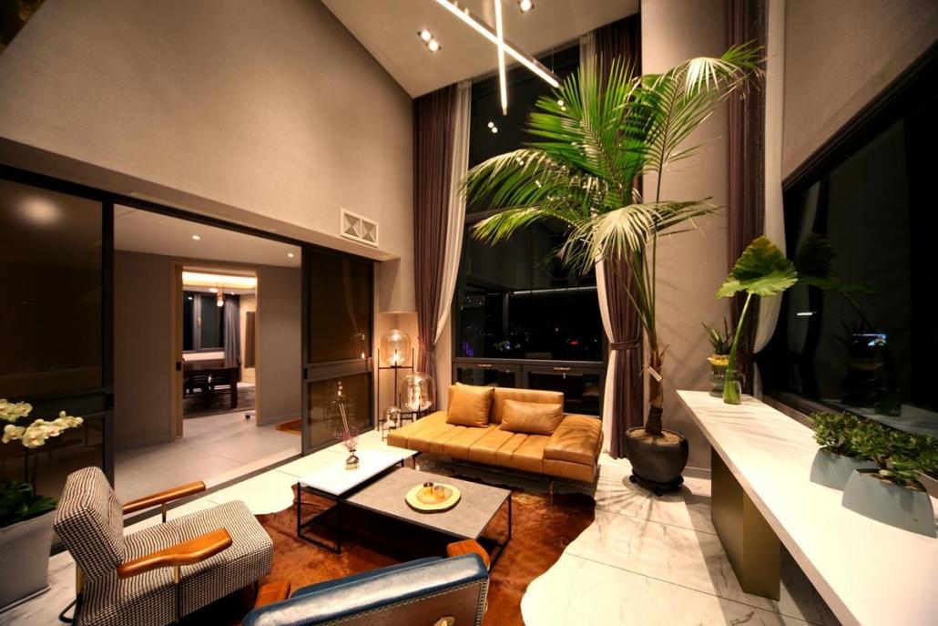 Os móveis precisam ser confortáveis e os elementos decorativos estarem de acordo com a identidade da empresa.