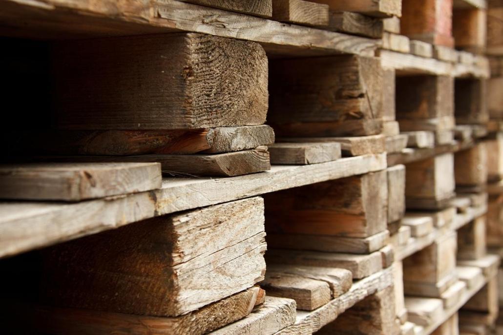 O uso de madeira de demolição é uma das opções sustentáveis que podem ser adotadas pela empresa.