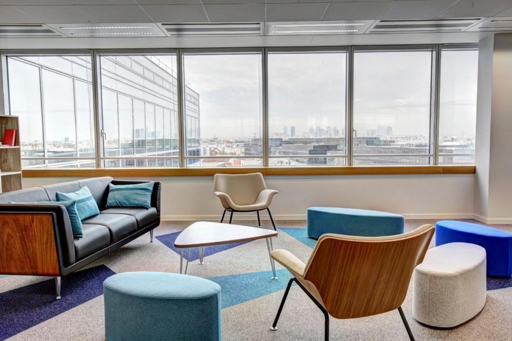 As cores podem estar tanto nas paredes quanto nos mobiliários e elementos de decoração.