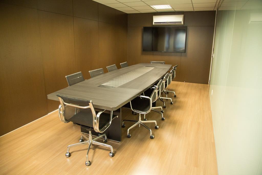 o ambiente deve ser sempre agradável, e o ar-condicionado é um dos equipamentos mais recomendados para a sala de reunião