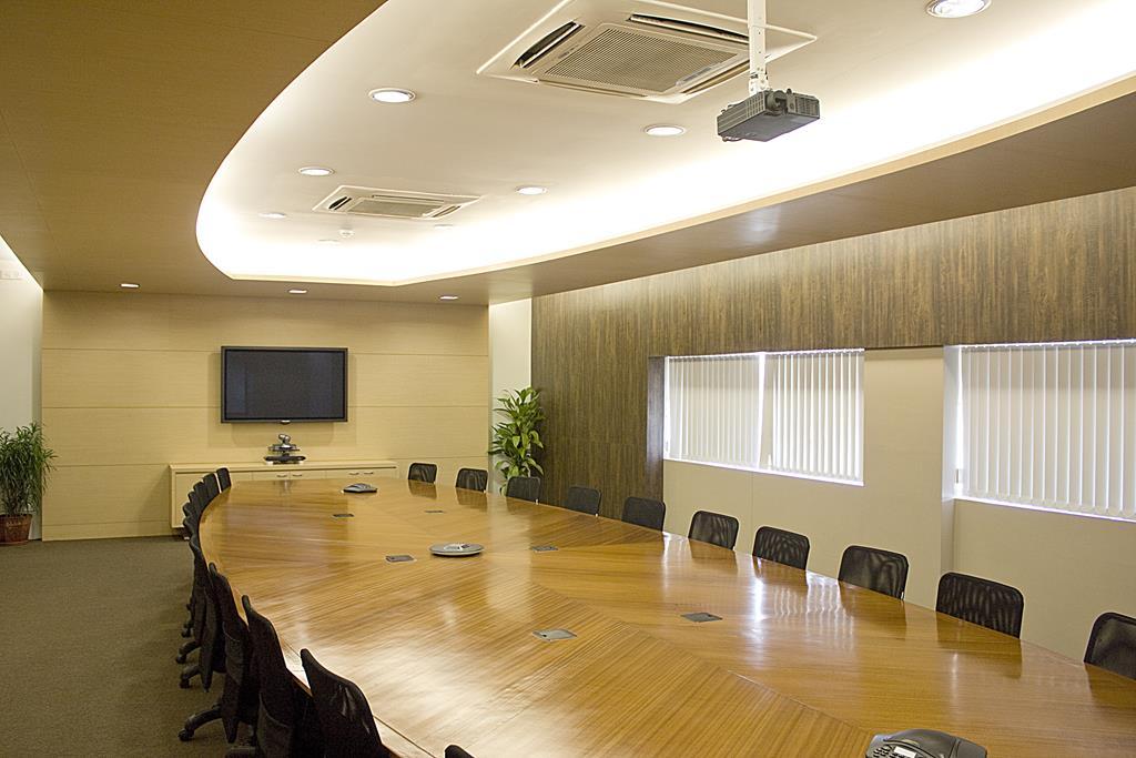 a iluminação deve ser colocada em pontos individuais e nunca concentradas em um só lugar como o centro da sala