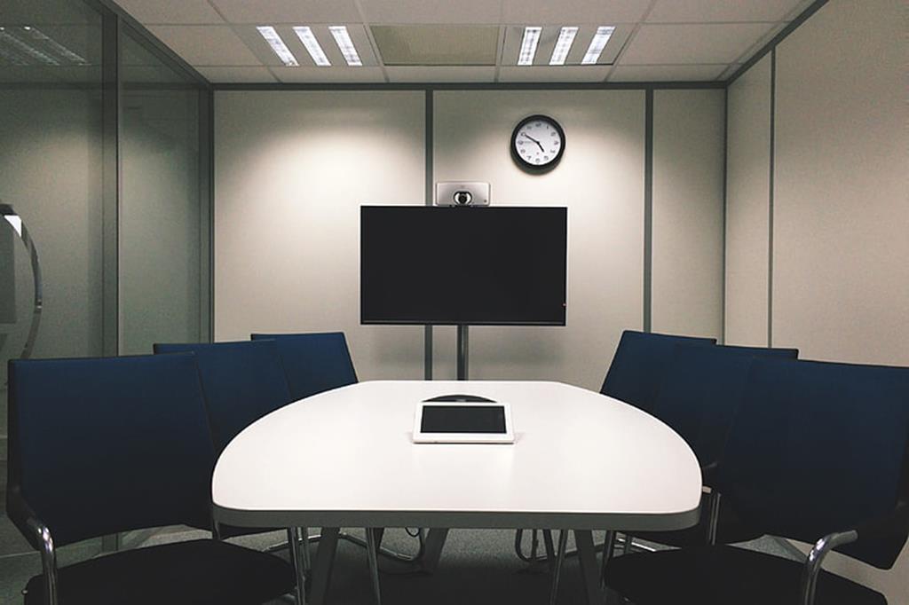 a sala de reunião deve ser pensada para comportar projetores e demais eletrônicos como carregadores de notebook e smartphone