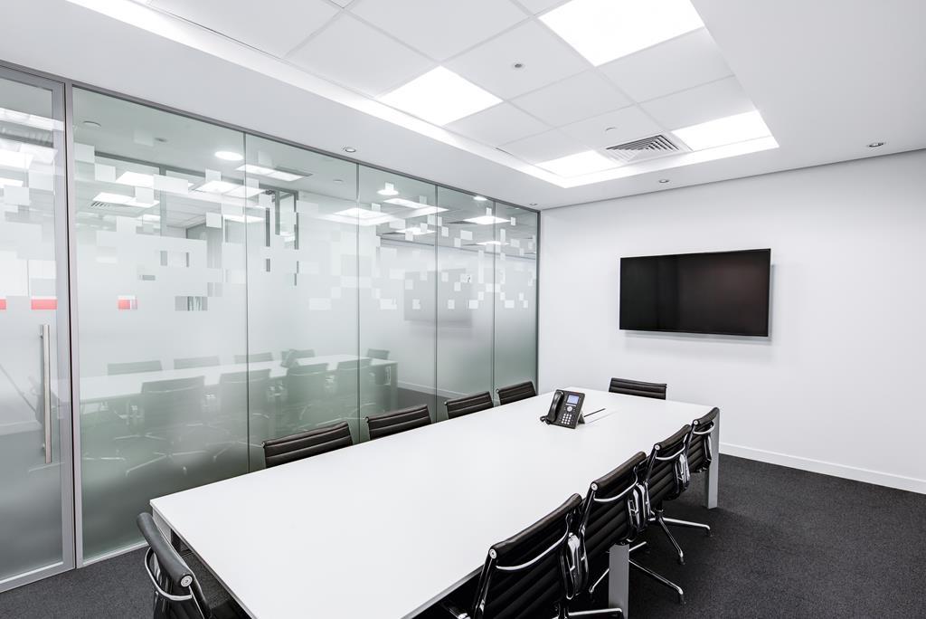 por ser um ambiente no qual diversos assuntos confidenciais são tratados, a sala de reunião deve garantir que ninguém de fora consiga escutar a discussão