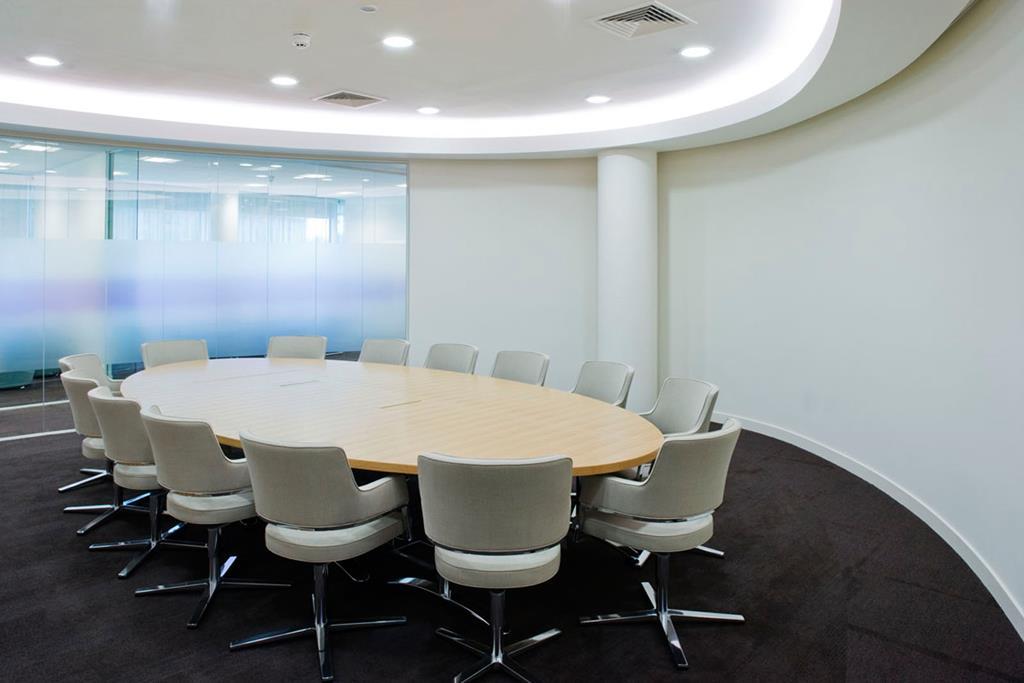embora o modelo de mesa mais usado dentro de salas de reuniões seja o retangular, algumas empresas optam pelos modelos ovais