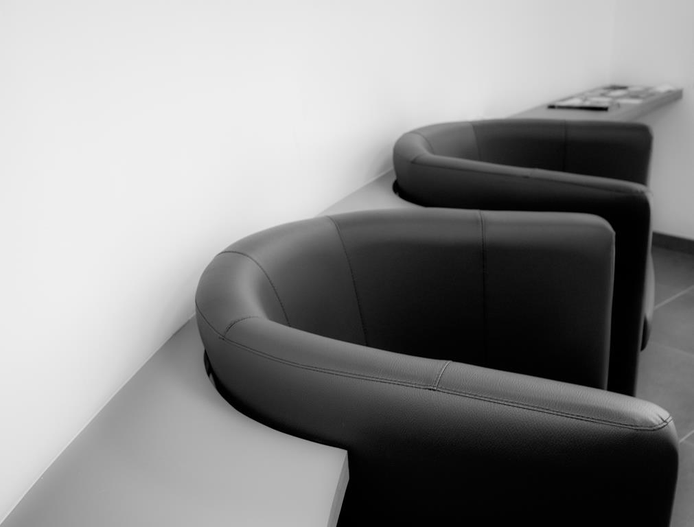 poltronas costumam ser mais confortáveis, mas é importante ficar de olho no espaço que você tem disponível