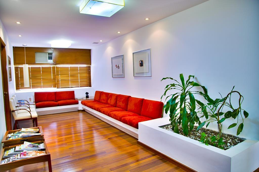 a recepção deve não somente oferecer opções de distração como revistas e TV, mas também contar com uma decoração elegante e aconchegante